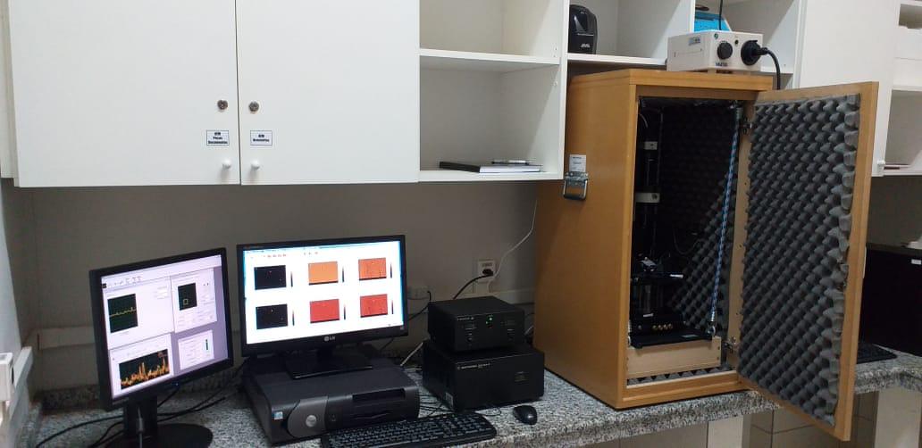 Figura 1: Sistema de computadores conectados com o equipamento.<br/>FONTE: BIOPOL (2020)