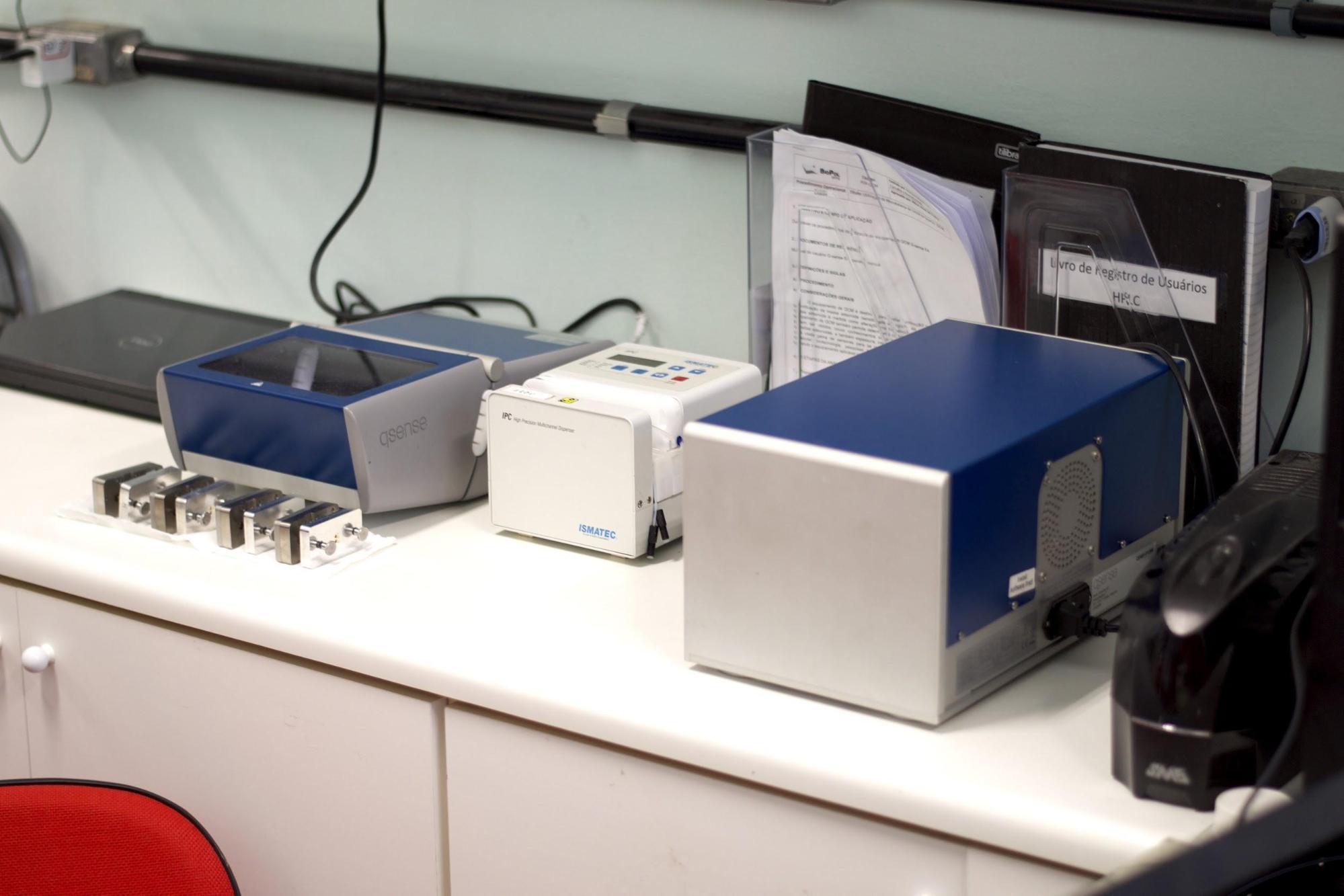 Figura 2: Equipamento QCM-D disponível no BIOPOL.<br/>FONTE: BIOPOL, 2020