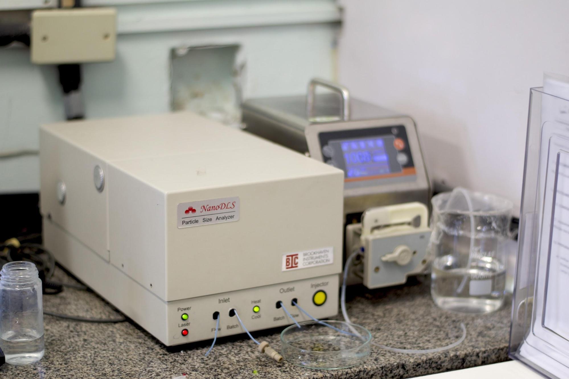 Figura 1: Equipamento NANO DLS Particle Size Analyzer da BrookHaven Instruments.</br>FONTE: BIOPOL (2020).